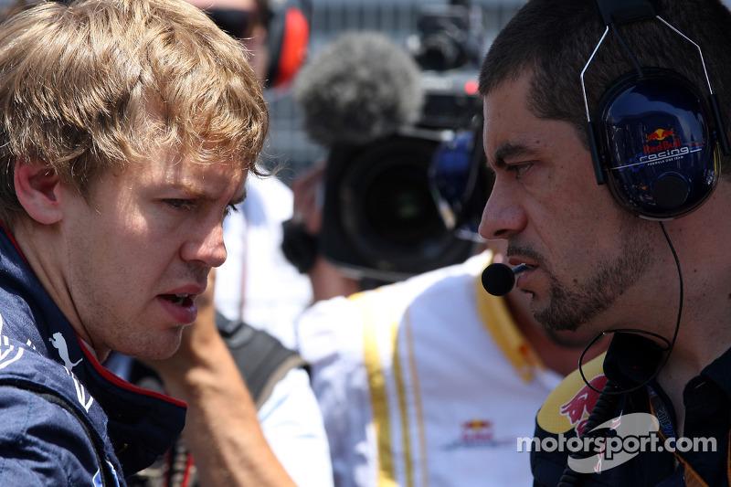Sebastian Vettel, Red Bull Racing praat met ingenieur Guillaume Rocquelin