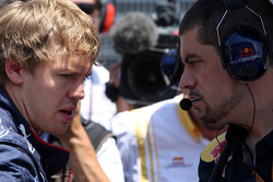 Sebastian Vettel, Red Bull Racing talks with Guillaume Rocquelin