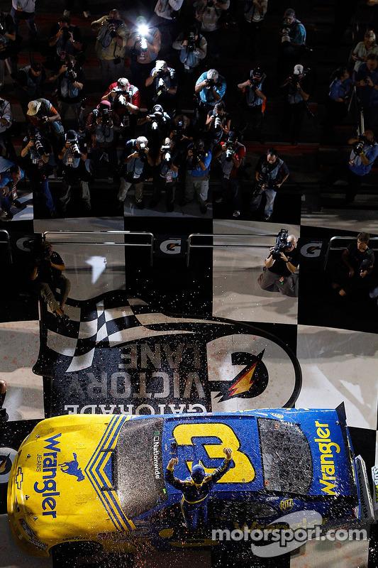 Victory lane: race winnaar Dale Earnhardt Jr.