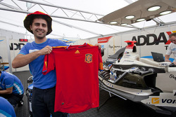 A Addax mechanic shows his support for Spain