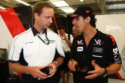 Инженер Cosworth Джерри Хьюз с гонщиком Virgin Racing Лукасом ди Грасси