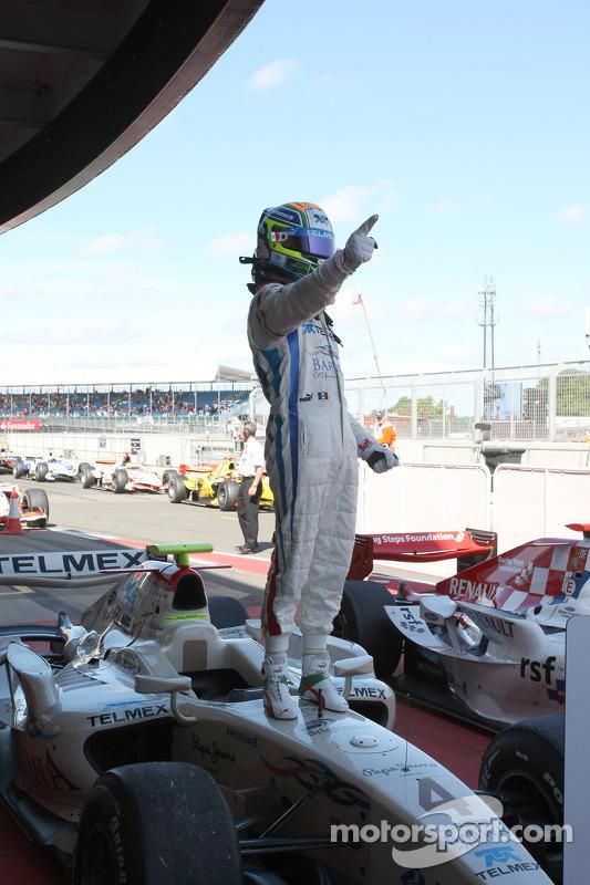 Sergio Perez viert overwinning
