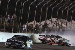 Crash auf der Zielgerade: Brad Keselowski und Carl Edwards