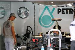 Michael Schumacher, Mercedes GP regarde sa voiture