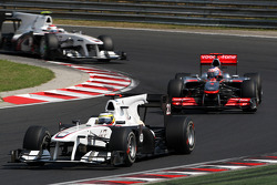 Pedro de la Rosa, BMW Sauber F1 Team leads Jenson Button, McLaren Mercedes