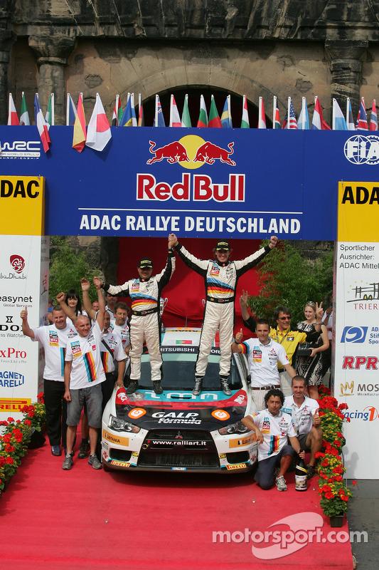 Podium: Armindo Araujo en Miguel Ramalho, Mitsubishi Lancer Evo X, Ralliart Italy