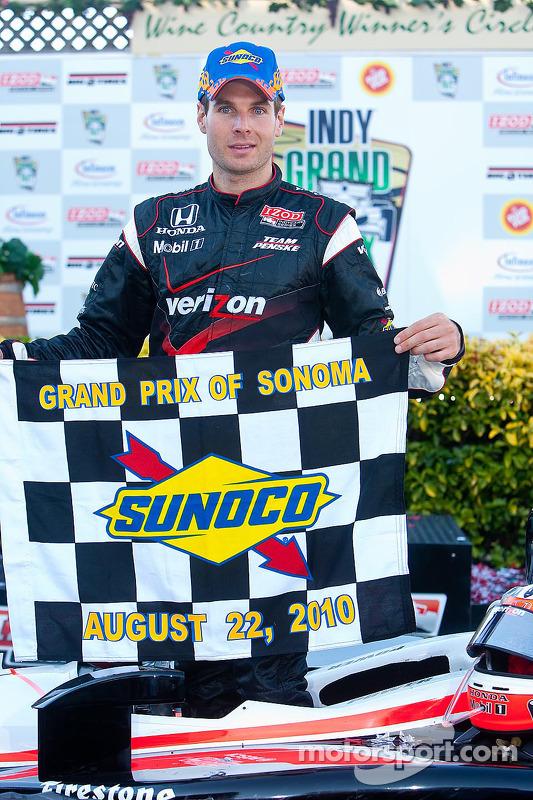 Race winnaar Will Power, Team Penske krijgt de 'Mario Andretti Road Championship Trophy'