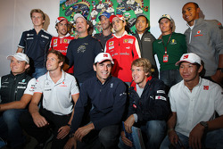 Drivers gather to celebrate the 300th race of Rubens Barrichello, Williams F1 Team