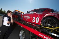 Wayne Taylor bekijkt gecrashte #30 Racers Edge Motorsports Mazda RX-8