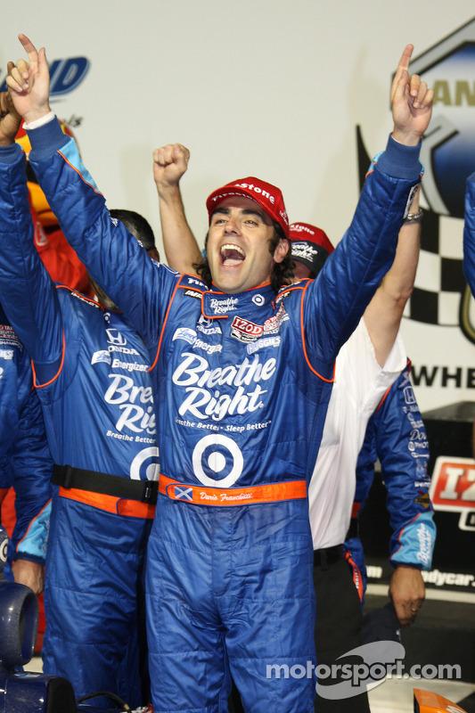 Victory lane: winaar Dario Franchitti, Target Chip Ganassi Racing