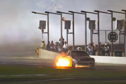 Scott Speed, Red Bull Racing Team Toyota in de pits met brandende motor