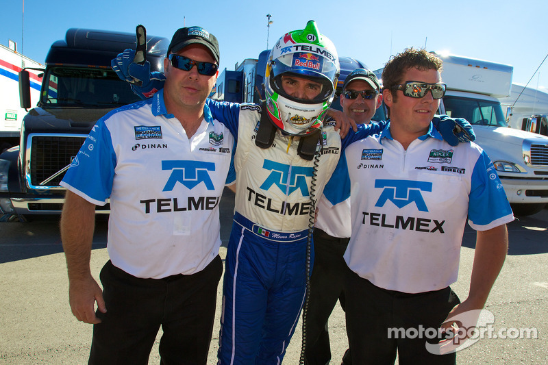 DP en pole winnaar Memo Rojas celebrates met Chip Ganassi Racing teamleden