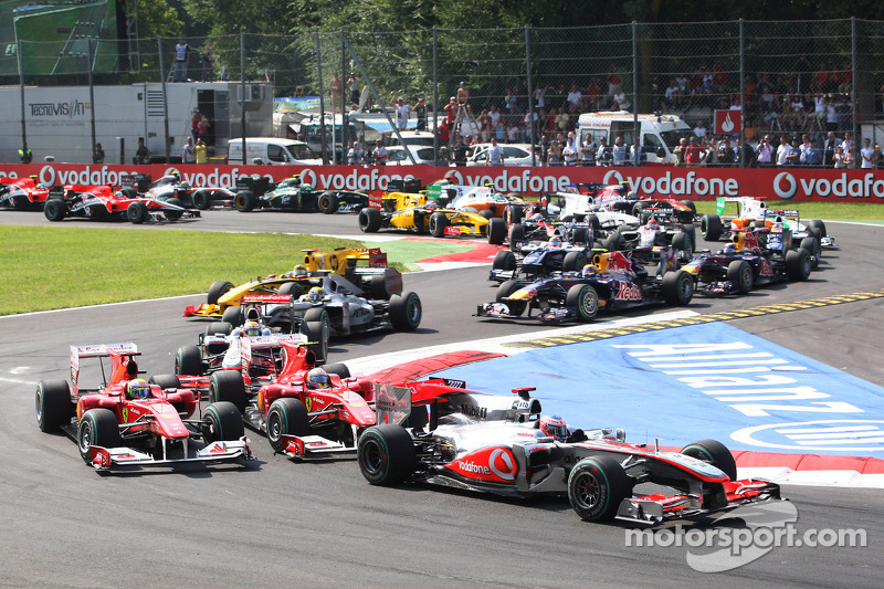 Start: Jenson Button, McLaren Mercedes passeert Fernando Alonso, Scuderia Ferrari