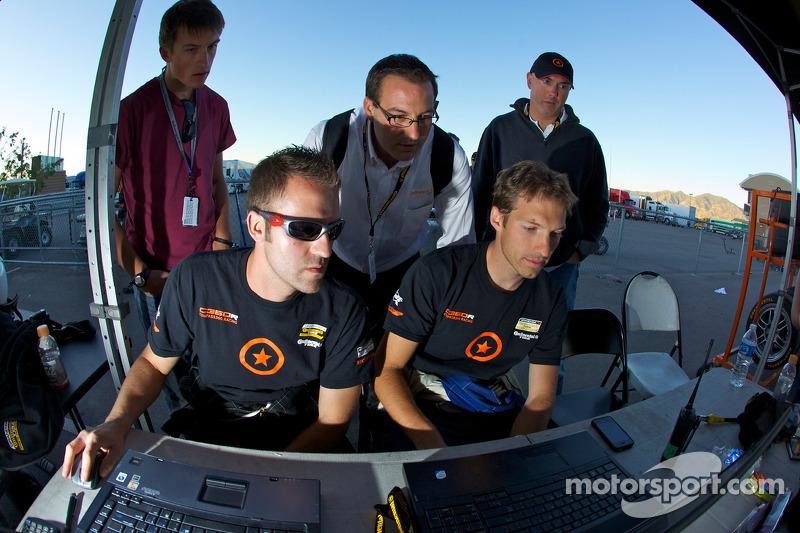 Compass360 Racing teamleden kijken het einde van de wedstrijd als #74 Compass360 Racing Honda Civic