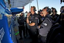 Fall-Line Motorsports teamleden kijken het einde van de wedstrijd als #48 Fall-Line Motorsports BMW M3 Coupe: Charles Espenlaub, Charles Putman op weg is naar het GS kampioenschap