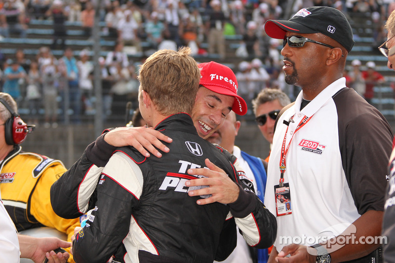 Race winnaar Helio Castroneves, Team Penske viert met Ryan Briscoe, Team Penske