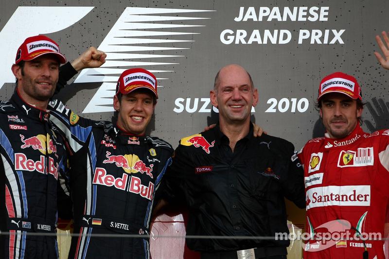 Подіум: переможець гонки Себастьян Феттель, Red Bull Racing, на другому місці Марк Веббер, третє місце Фернандо Алонсо, Ferrari, та Едріан Ньюі, Red Bull Racing