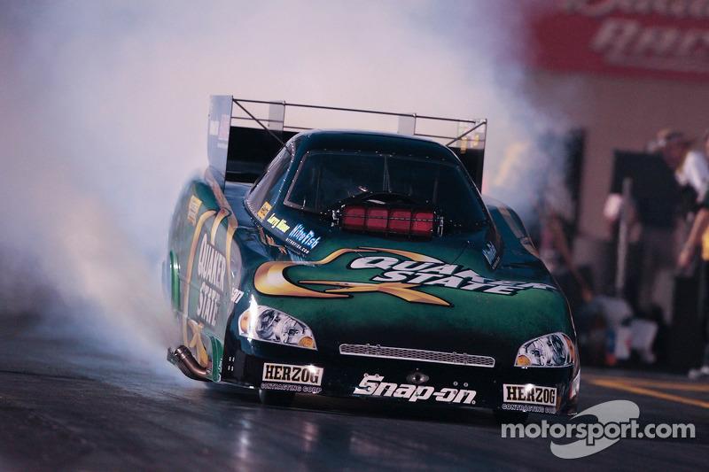 Tony Pedregon, burnout in de Quaker State Impala Funny Car