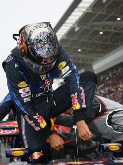 Sebastian Vettel, Red Bull Racing put on his boot protectors