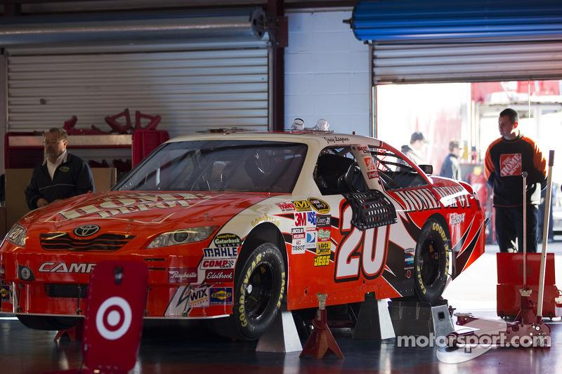 Auto van Joey Logano, Joe Gibbs Racing Toyota bij de technische keuring