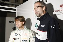 Augusto Farfus, BMW Team RBM BMW 320si en Jan Hartmann, Head of Touring en Entourance auto's bij BMW
