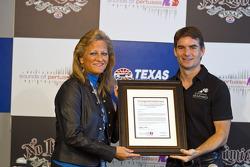 Sound Off About Pertussis songfestivalwedstrijd, Maria Bennett, een trouwe NASCAR fan en moeder van Loxahatchee, Fla., ontmoet haar favoriete coureur Jeff Gordon, Hendrick Motorsports Chevrolet