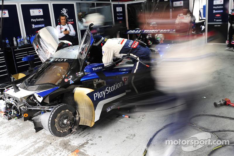 Team Peugeot pits