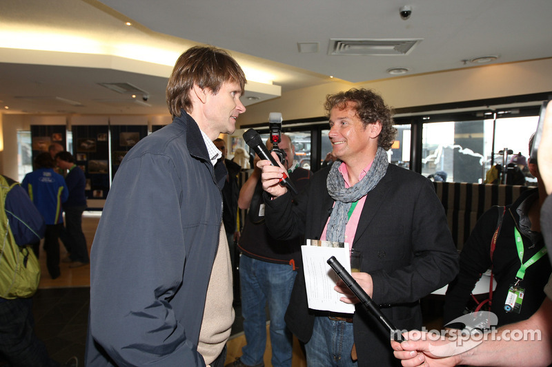 Colin Clark interviewt World Rally legend Marcus Gronholm bij de 'Vaarwel van de Ford Focus RS WRC' feest in Cardiff's Millenium Centre