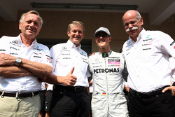Foto del equipo Mercedes, Mercedes GP, Michael Schumacher, el Dr. Dieter Zetsche, Presidente de Daimler
