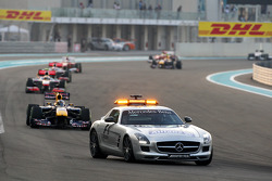 Le safety car devance Sebastian Vettel, Red Bull Racing
