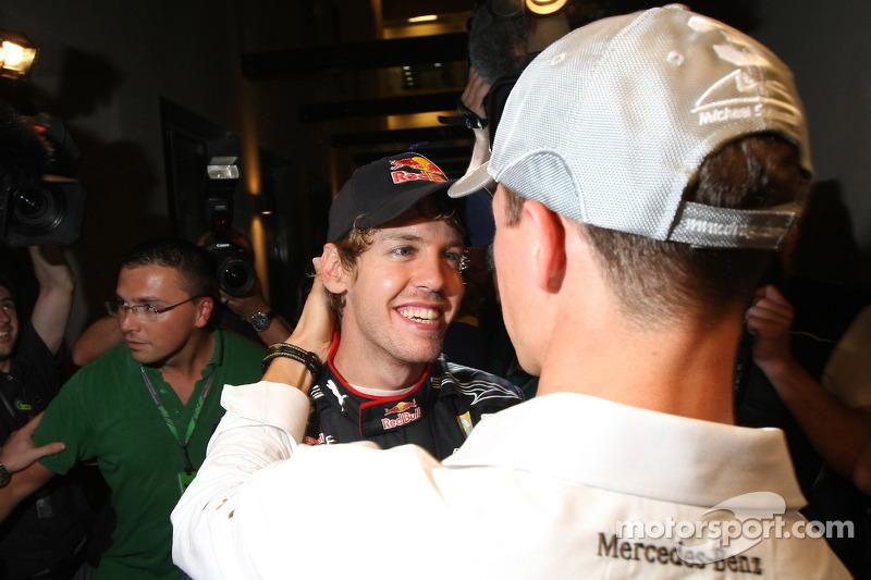 2010 - Michael Schumacher parabeniza o novo campeão