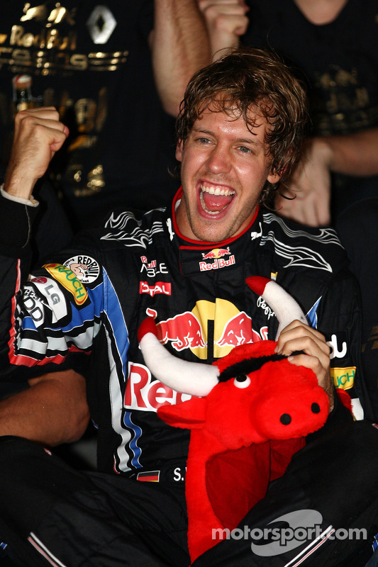 Race winnaar en 2010 wereldkampioen F1 Sebastian Vettel, Red Bull Racing  viert met team