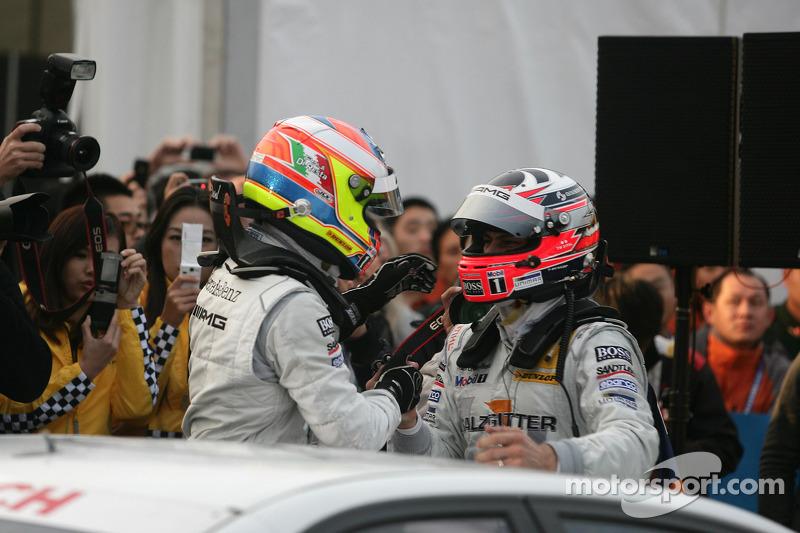 DTM 2010 kampioen Paul di Resta, Team HWA AMG Mercedes C-Klasse vieren feest met racewinnaar Gary Paffett, Team HWA AMG Mercedes C-Klasse