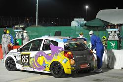 Pit stop for #85 Springbox Renault Clio Cup: Cyndie Allemann, Amandine Foulard, Jade Handi, Corentine Quiniou