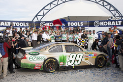 Victory lane: race winner Carl Edwards, Roush Fenway Racing Ford