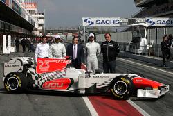 Narain Karthikeyan, Hispania Racing Team; Vitantonio Liuzzi, Hispania Racing Team; Teambesitzer Jose Ramon Carabante, Hispania Racing F1 Team; Teamchef Colin Kolles, Hispania Racing Team