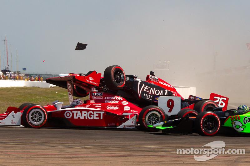Start: Scott Dixon, Target Chip Ganassi Racing, Mike Conway, Andretti Autosport and Marco Andretti, Andretti Autosport crash