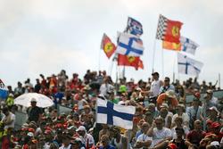 Финские болельщики с флагами