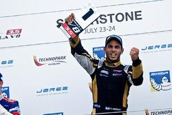 Ganador de la carrera Roy Nissany, Lotus