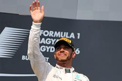 Podium: winnaar Lewis Hamilton, Mercedes AMG F1 Team
