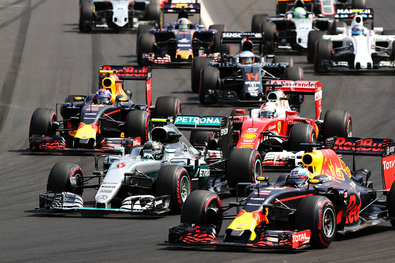 Inicio acción: Daniel Ricciardo, Red Bull Racing RB12 conduce a Lewis Hamilton, híbrido de Mercedes AMG F1 W07