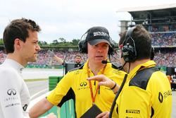 Джоліон Палмер, Renault Sport F1 Team та Ален Пермейн, Renault Sport F1 Team та Жульєн-Сімон Шотам, гоночний інженер Renault Sport F1 Team на стартовій решітці