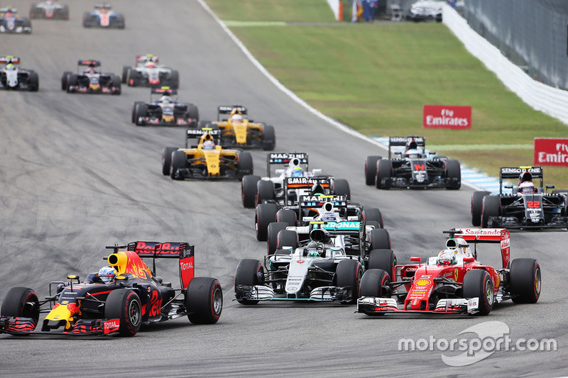Daniel Ricciardo, Red Bull Racing RB12, híbrido de Mercedes AMG F1 W07 y Nico Rosberg, Sebastian Vettel, Ferrari SF16-H Inicio de la carrera