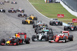 Daniel Ricciardo, Red Bull Racing RB12, Nico Rosberg, Mercedes AMG F1 W07 Hybrid and Sebastian Vettel, Ferrari SF16-H at the start of the race