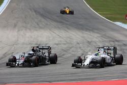 Fernando Alonso, McLaren MP4-31 e Felipe Massa, Williams FW38 lottano per la posizione