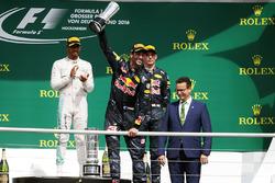 Podio: segundo lugar Daniel Ricciardo, Red Bull Racing celebra su segundo puesto en el podio