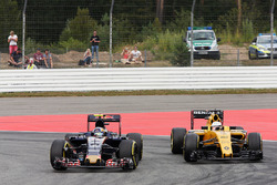 Carlos Sainz Jr., Scuderia Toro Rosso STR11 and Kevin Magnussen, Renault Sport F1 Team RS16 battle for position