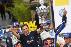 Podium : les vainqueurs Sébastien Ogier, Julien Ingrassia, Volkswagen Motorsport, avec le patron de l'équipe Jost Capito