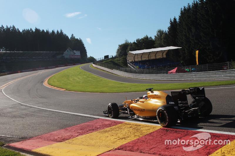 8 (GP de Bélgica) Kevin Magnussen, Renault Sport F1 Team RS16 choca en Eau Rouge
