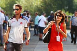 (L n. R): Romain Grosjean, Haas F1 Team mit seiner Frau Marion Jolles Grosjean, TF1 TV Moderatorin
